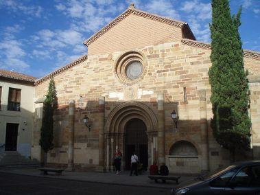 800px-portada_principal_de_la_iglesia_de_san_juan_del_mercado_de_benavente
